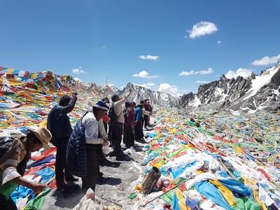 Паломники на вершині перевалу Дролма-ла біля гори Кайлаш